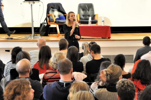 Mme Hémery, directrice de l'INJS, présente la conférence.