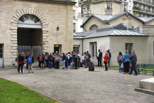 Rentrée des collégiens dans la cour de l'INJS