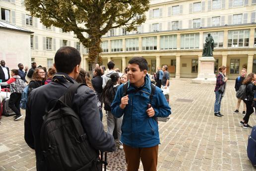 Les collégiens commencent à se rassembler dans la cour de l'INJS