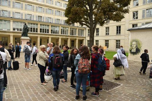 Les collégiens et leurs parents se rassemblent dans la cour de l'INJS