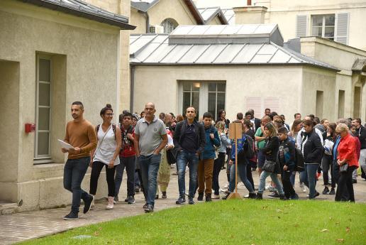 Les collégiens se rendent à la salle des fêtes