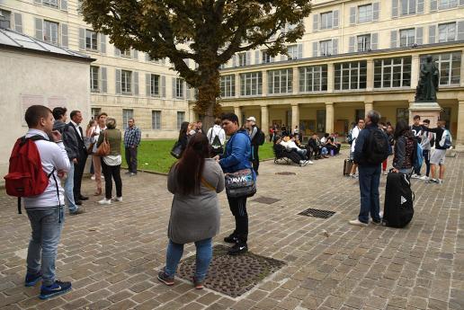 Les lycéens se rassemblent dans la cour de l'INJS.