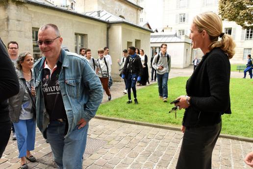 Les lycéens et leurs parents sont accueillis par Mme Hémery.