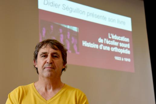 L'auteur, Didier Séguillon, venu présenter son livre à l'INJS.