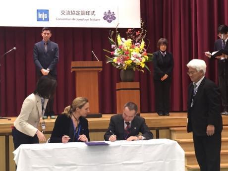 Signature de la convention de partenariat entre Madame Elodie Hémery  Directrice de l'institut national de jeunes sourds de Paris et Monsieur Tsuneo Harashima Directeur de l'Ecole pour Sourds Université de Tsukuba, Japon