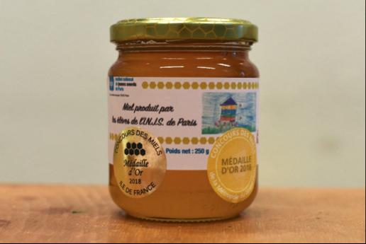 Le miel de l'INJS cuvée 2018, médaillé d'or en tilleul au concours des miels d'Ile de France, a été dégusté avec plaisir durant cette journée de fête.