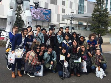 Photo souvenir devant le Gundam géant à Odaiba - Tokyo